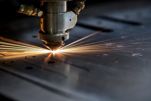 Vận hành máy điêu khắc laser nhà máy Tập Viên