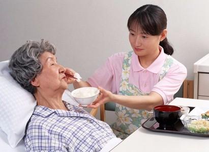 Giúp việc chăm sóc bà cụ bị liệt não